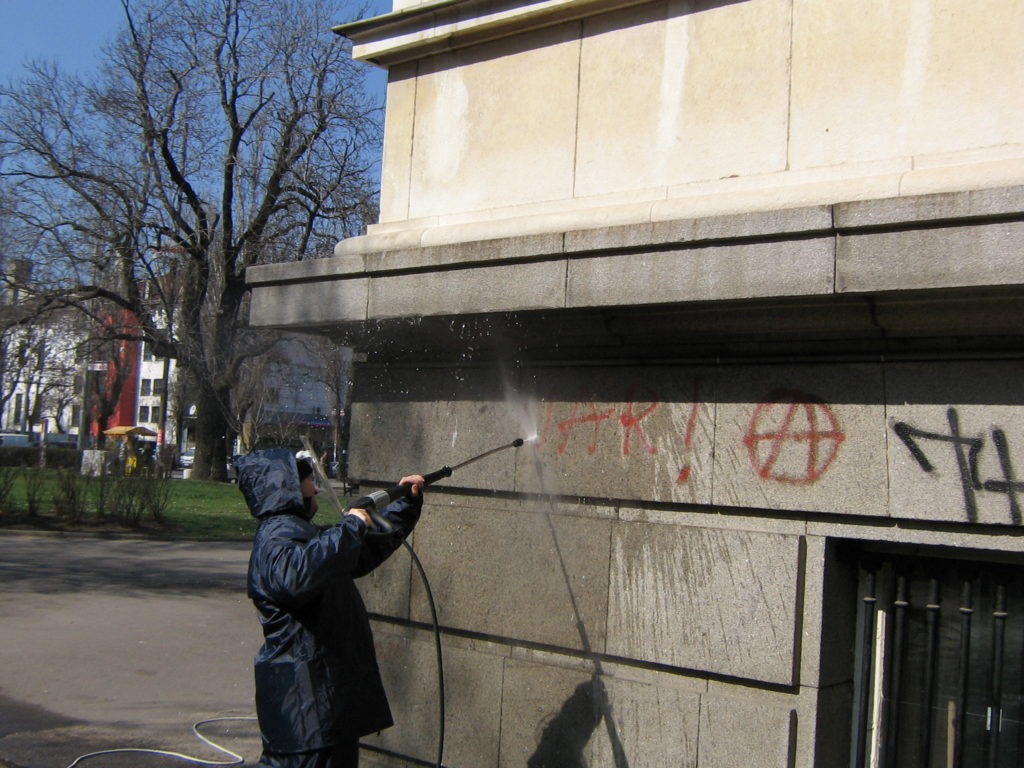 Почистване на фасада с водоструйка